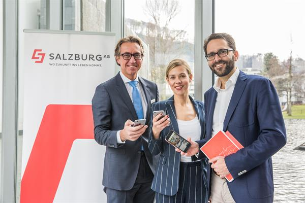 Präsentieren die neue Mitarbeiter App der Salzburg AG: Leonhard Schitter (Vorstand Salzburg AG), Michelle Strachwitz-Camminetz (LOOP New Media), Stefan Ornig (movea marketing)